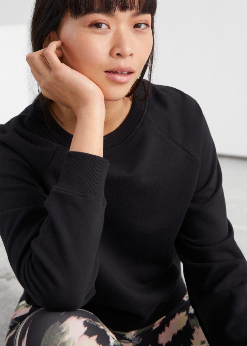 앤아더스토리즈 릴렉스드 크롭 코튼 스웨트셔츠의 블랙컬러 ECOMLook입니다.