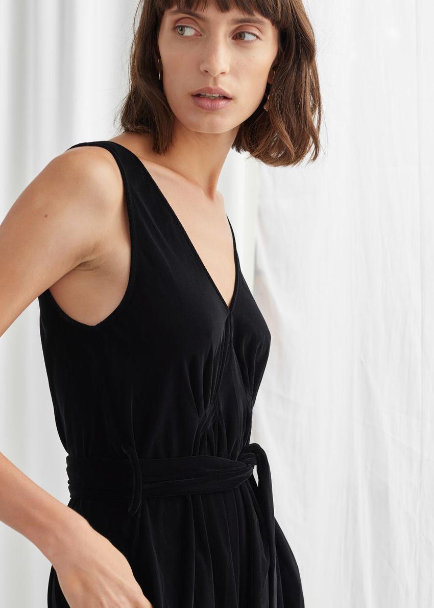 앤아더스토리즈 벨티드 벨벳 미디 드레스의 블랙컬러 ECOMLook입니다.