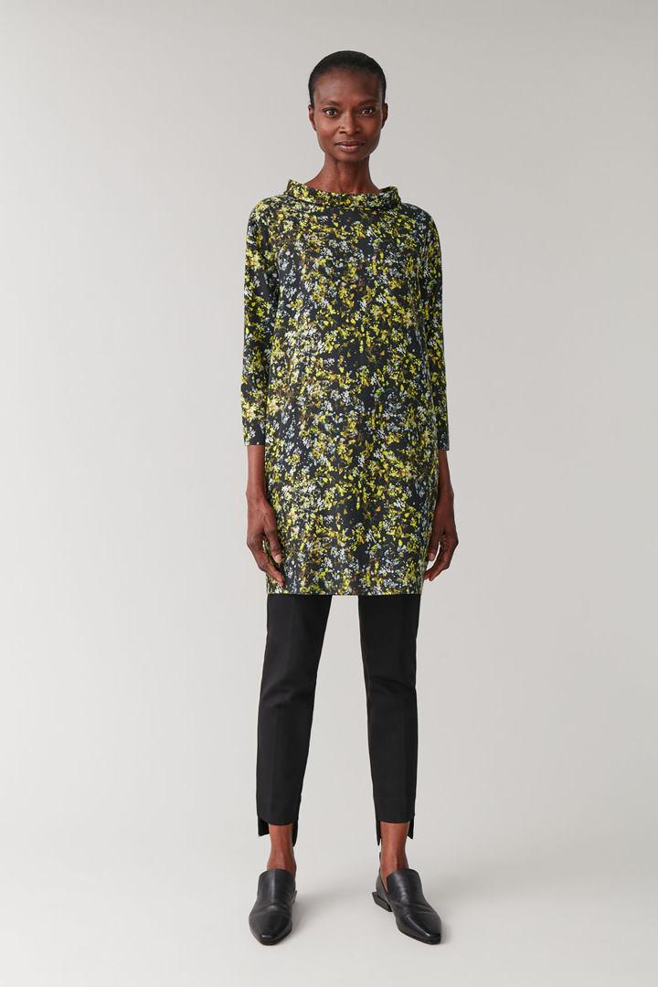 COS 롱 슬리브 폴디드 칼라 드레스의 옐로우 / 그레이 / 블랙컬러 ECOMLook입니다.
