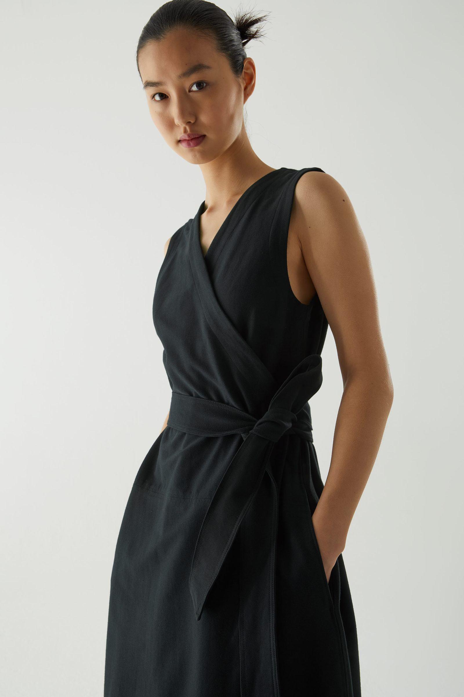 COS 코튼 믹스 벨티드 랩 드레스의 네이비컬러 ECOMLook입니다.