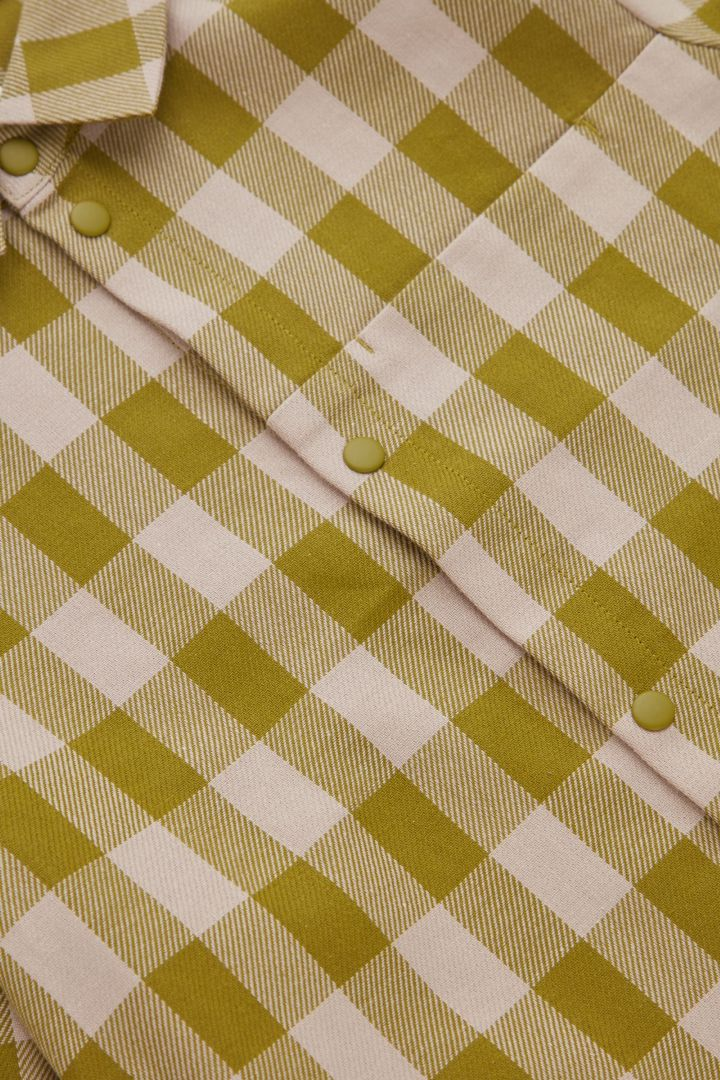 COS 오가닉 코튼 오버사이즈 깅엄 체크 셔츠의 그린컬러 Detail입니다.