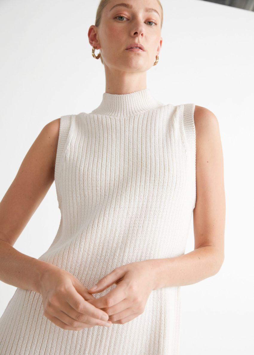 앤아더스토리즈 모크 넥 니트 미니 드레스의 화이트컬러 ECOMLook입니다.