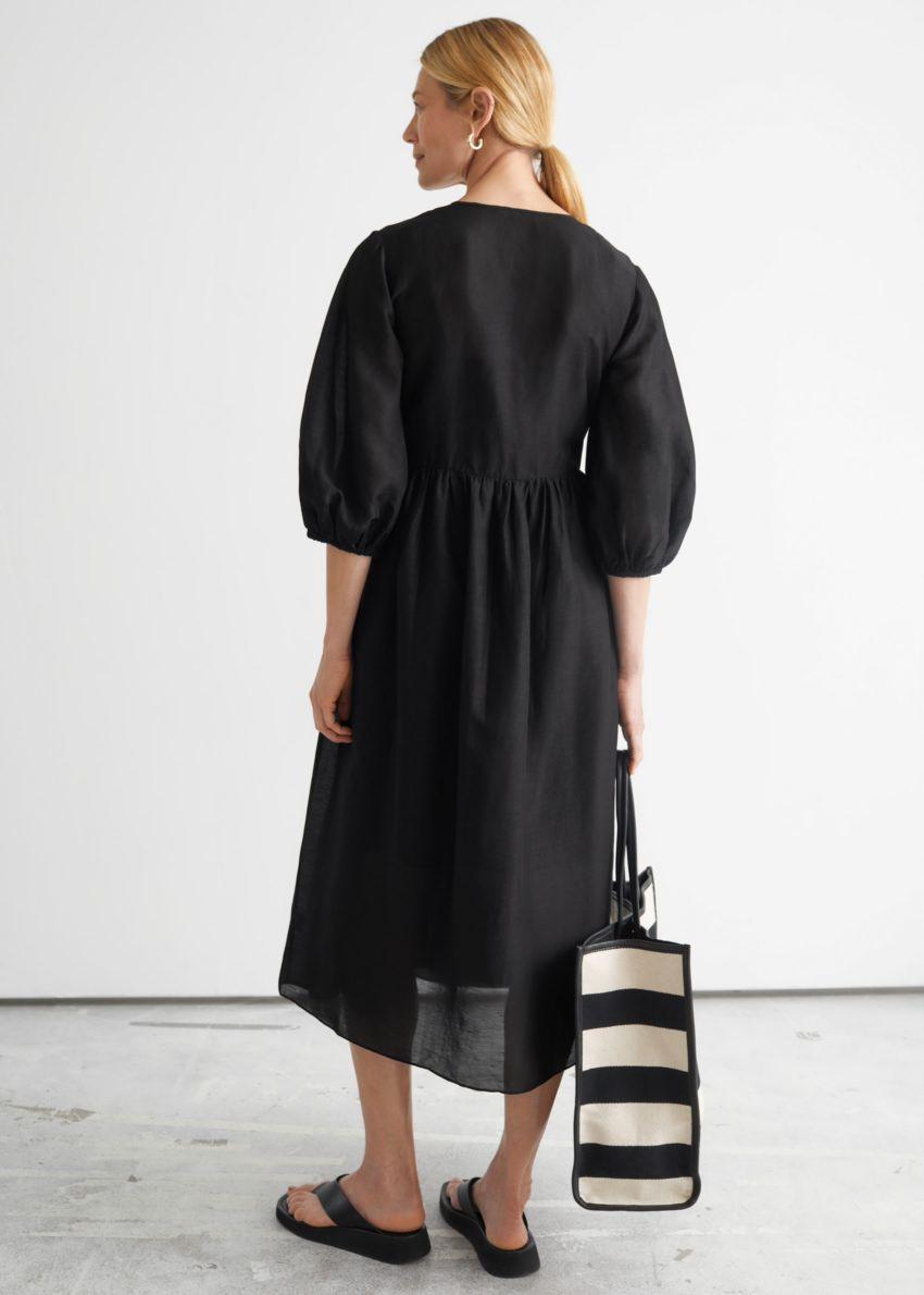 앤아더스토리즈 릴렉스드 미디 랩 드레스의 블랙컬러 ECOMLook입니다.
