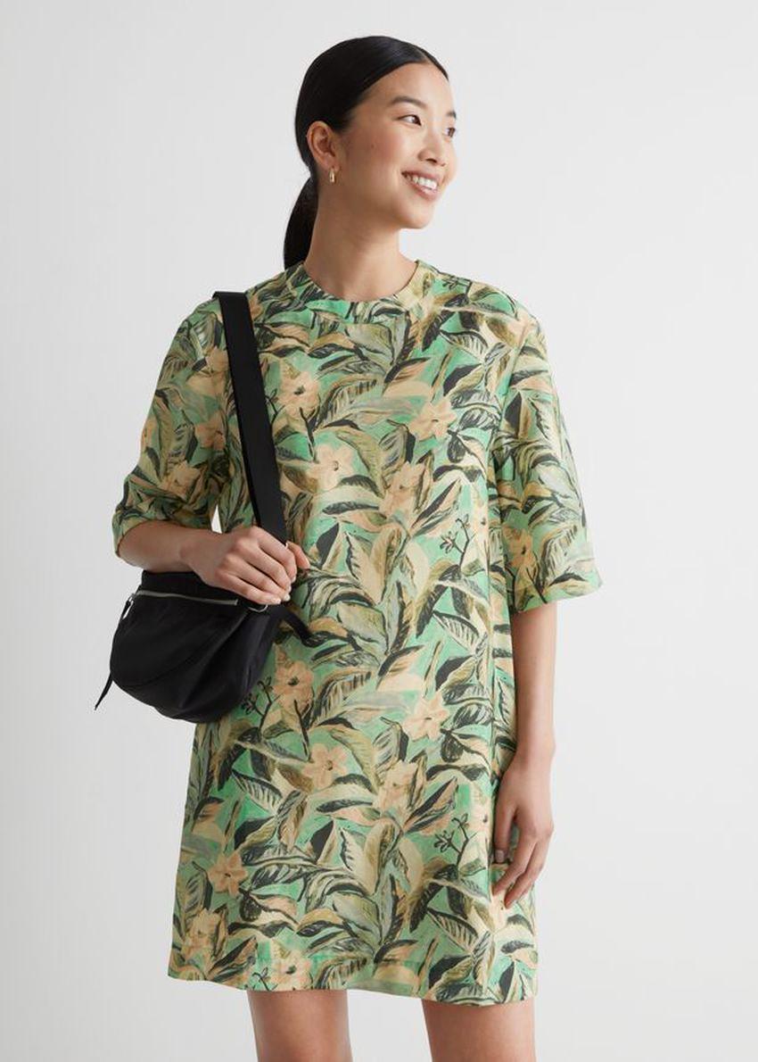 앤아더스토리즈 플로럴 프린트 미니 드레스의 그린 플로럴컬러 ECOMLook입니다.