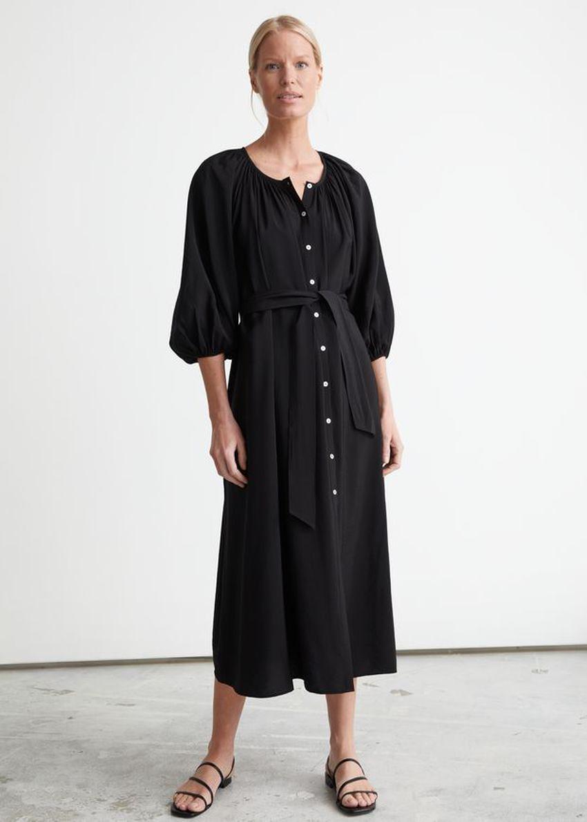 앤아더스토리즈 벨티드 셸 버튼 미디 드레스의 블랙컬러 ECOMLook입니다.