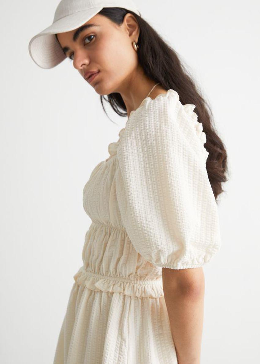 앤아더스토리즈 볼류미너스 퍼프 슬리브 미니 드레스의 크림컬러 ECOMLook입니다.