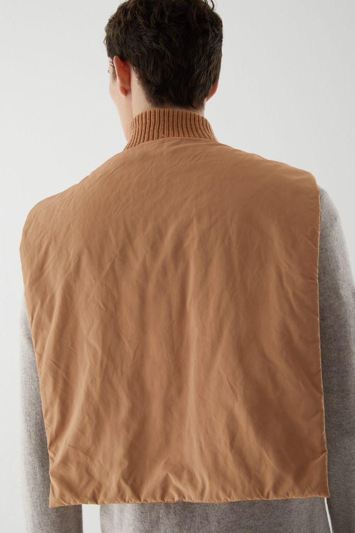 COS 메리노 울 패딩 빕의 라이트 오렌지컬러 ECOMLook입니다.