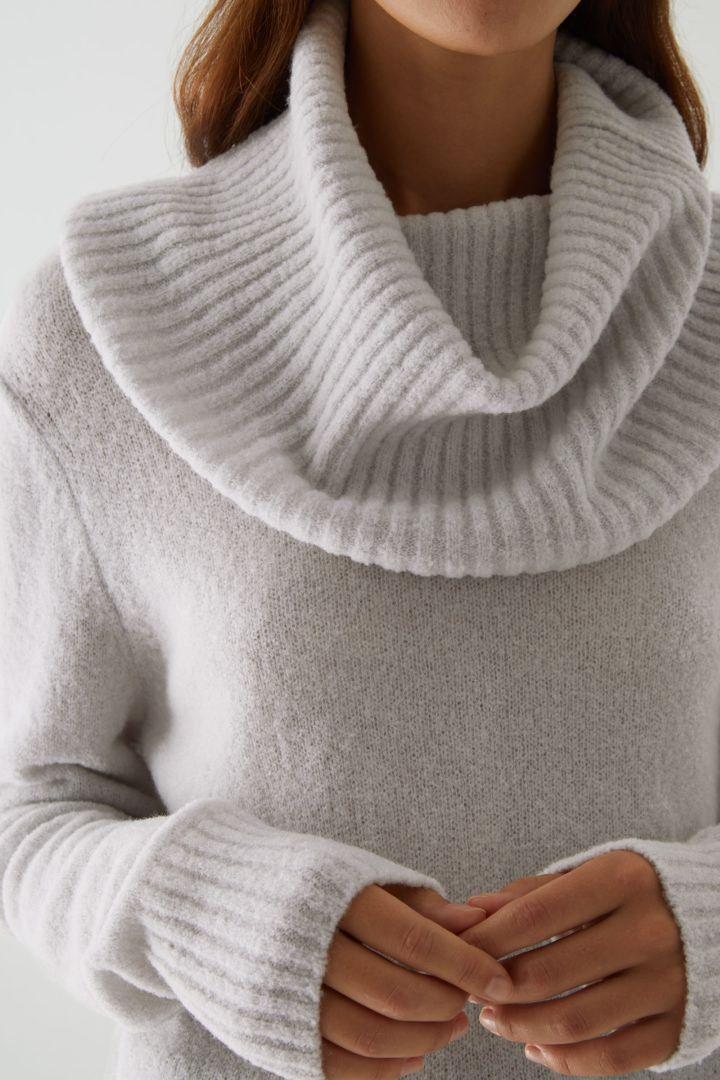 COS default image 2 of 브라운 in 울 하이브리드 롤넥 스웨터