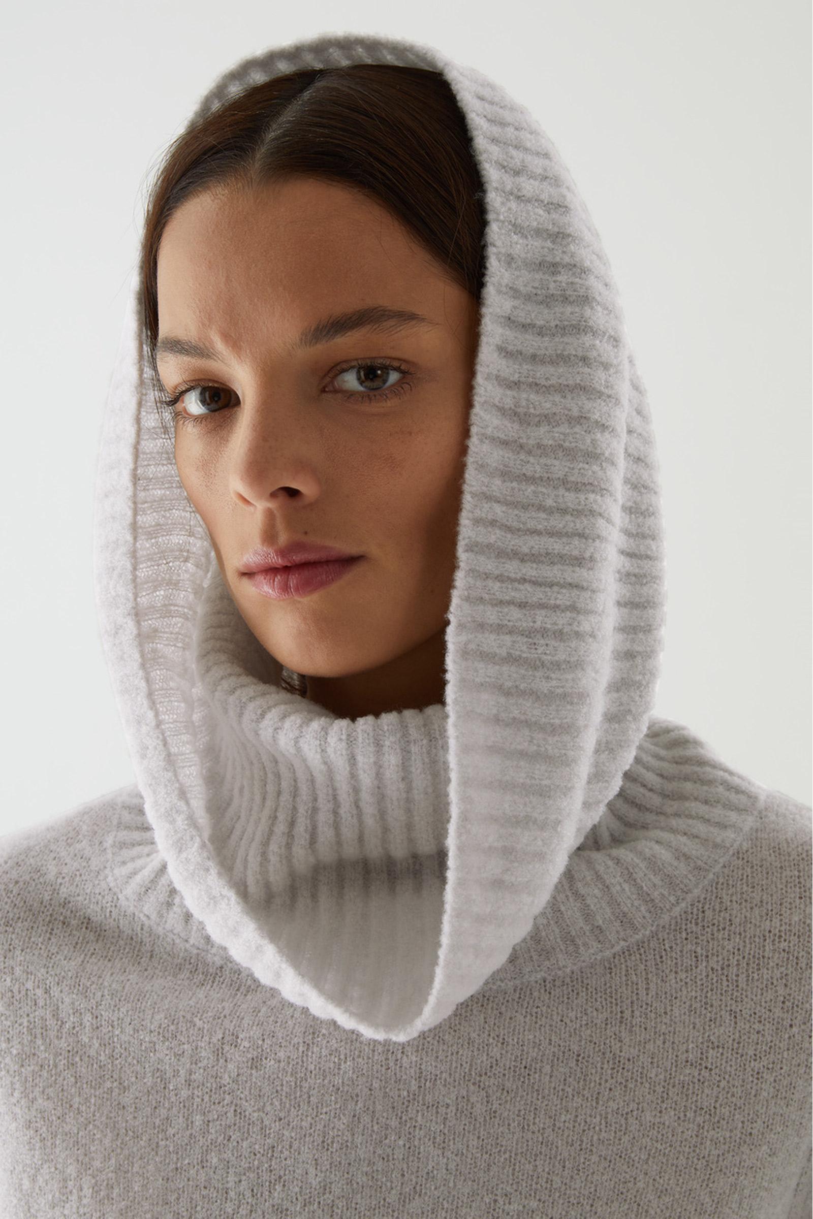 COS 울 하이브리드 롤넥 스웨터의 라이트 그레이컬러 ECOMLook입니다.