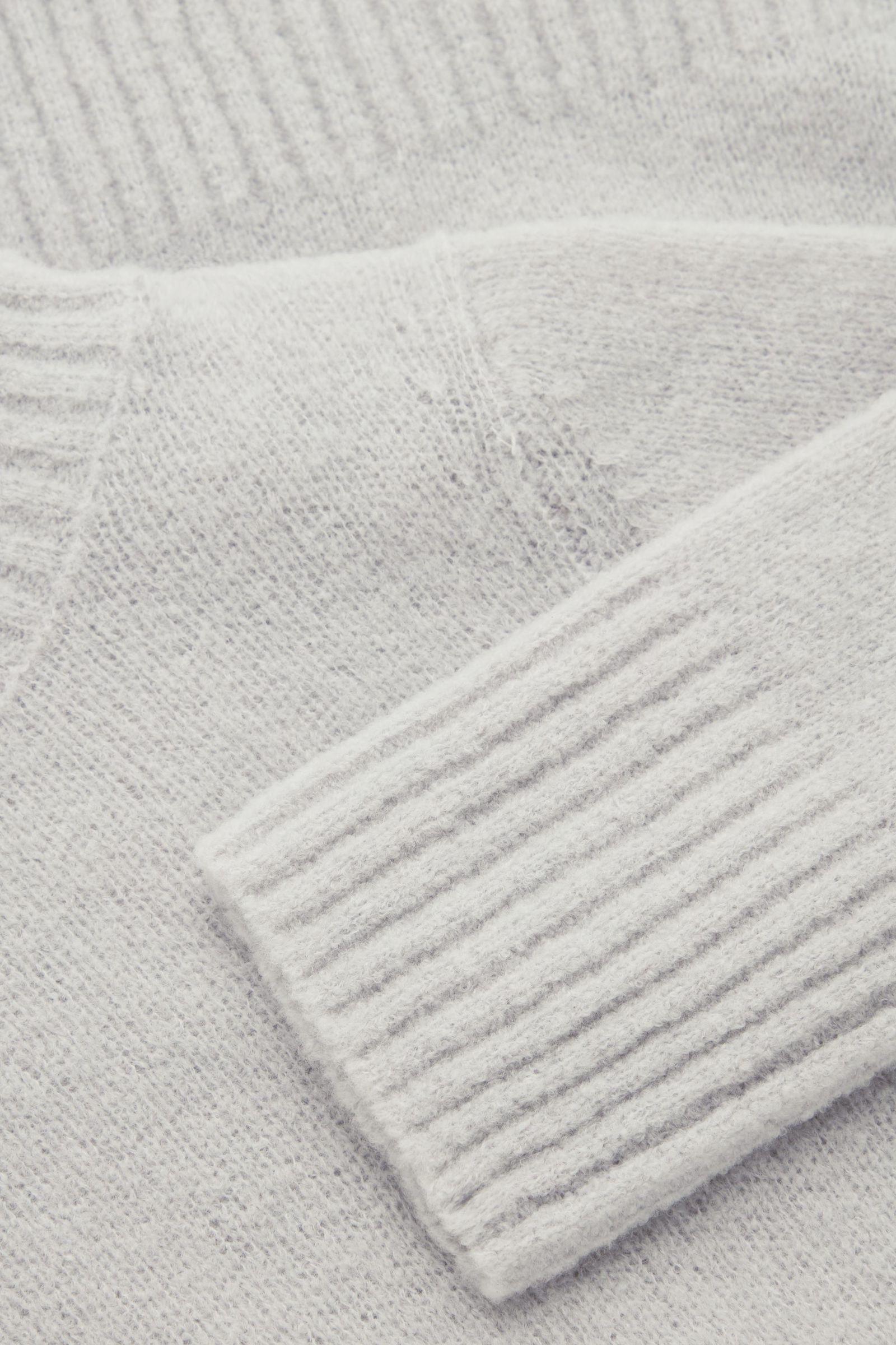 COS 울 하이브리드 롤넥 스웨터의 라이트 그레이컬러 Detail입니다.