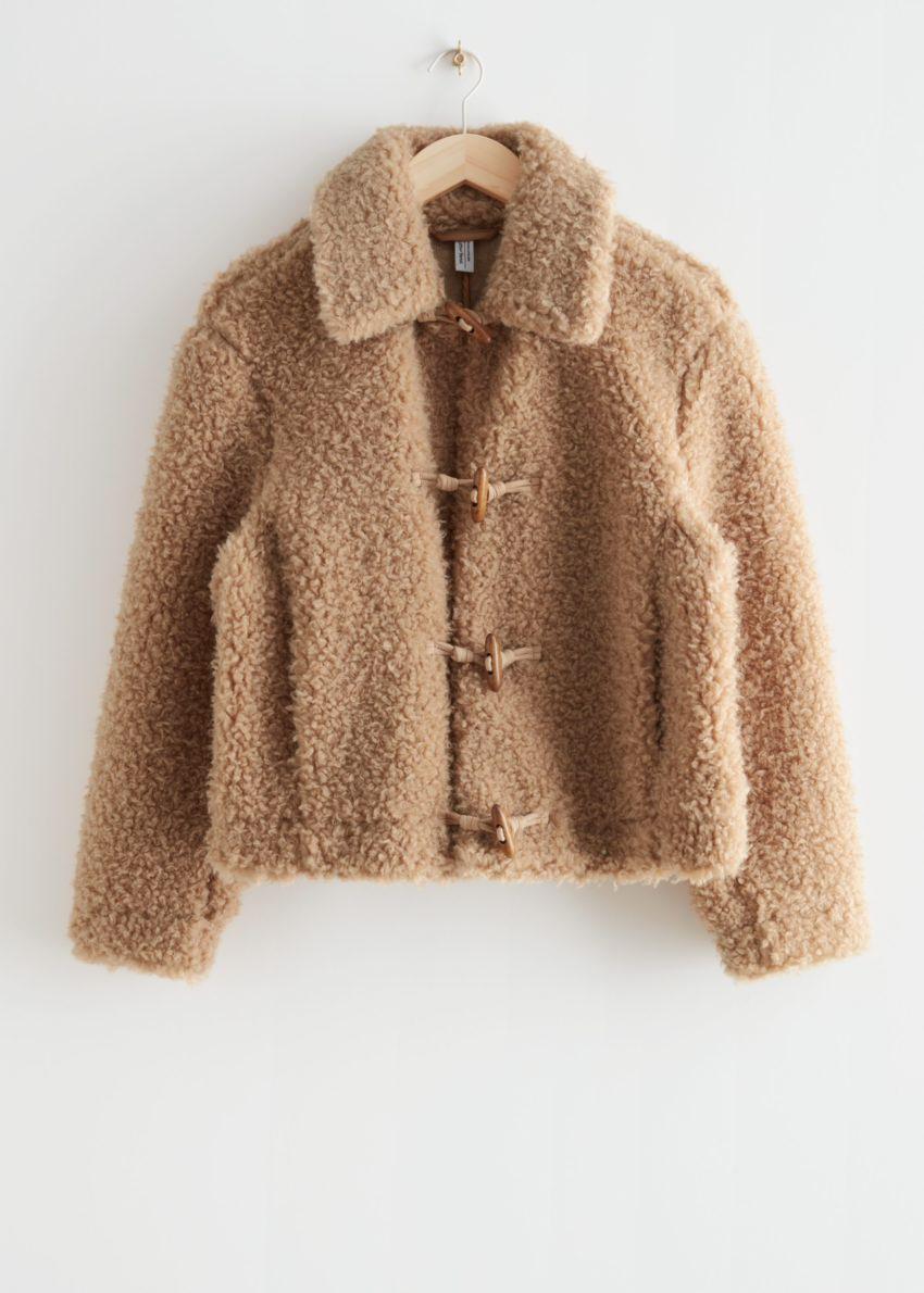 앤아더스토리즈 플러피 Faux 셜링 재킷의 베이지컬러 Product입니다.