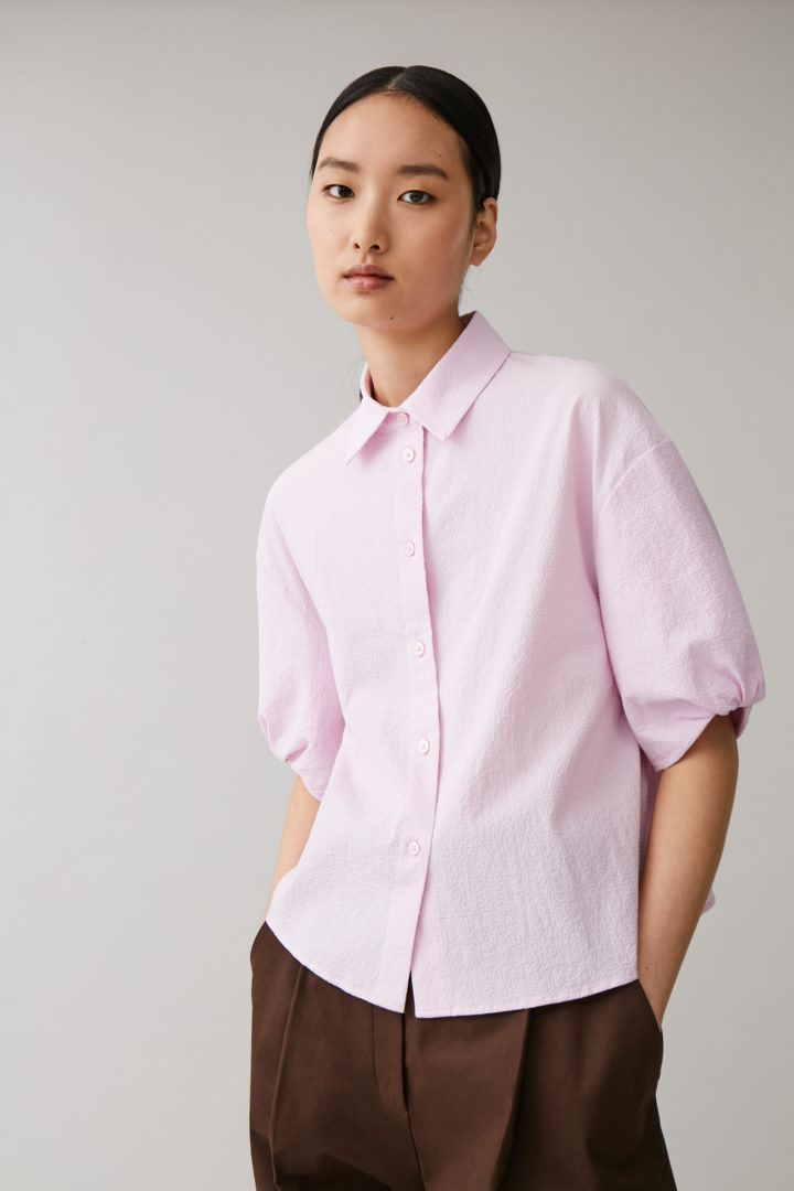 COS 코튼 퍼프 슬리브 시어서커 셔츠의 라일락컬러 ECOMLook입니다.