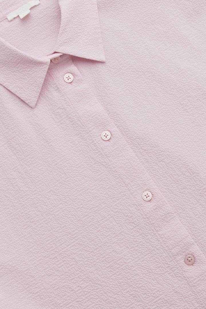 COS 코튼 퍼프 슬리브 시어서커 셔츠의 라일락컬러 Detail입니다.