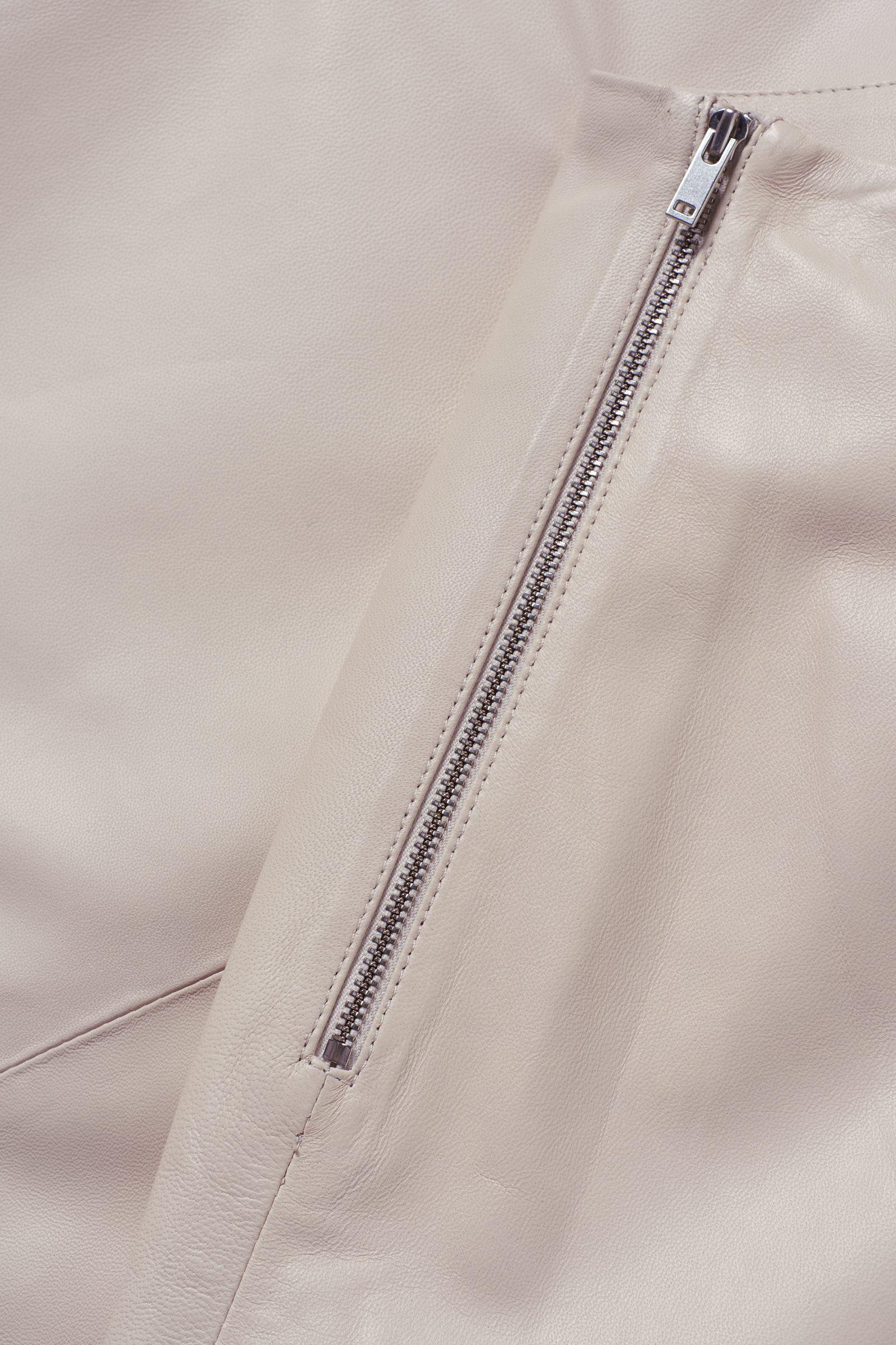 COS 쇼트 A라인 레더 스커트의 베이지컬러 Detail입니다.