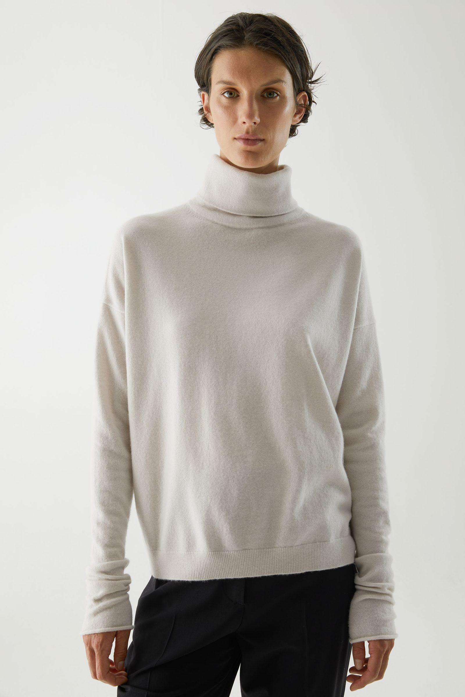 COS 롤넥 캐시미어 스웨터의 라이트 베이지컬러 ECOMLook입니다.