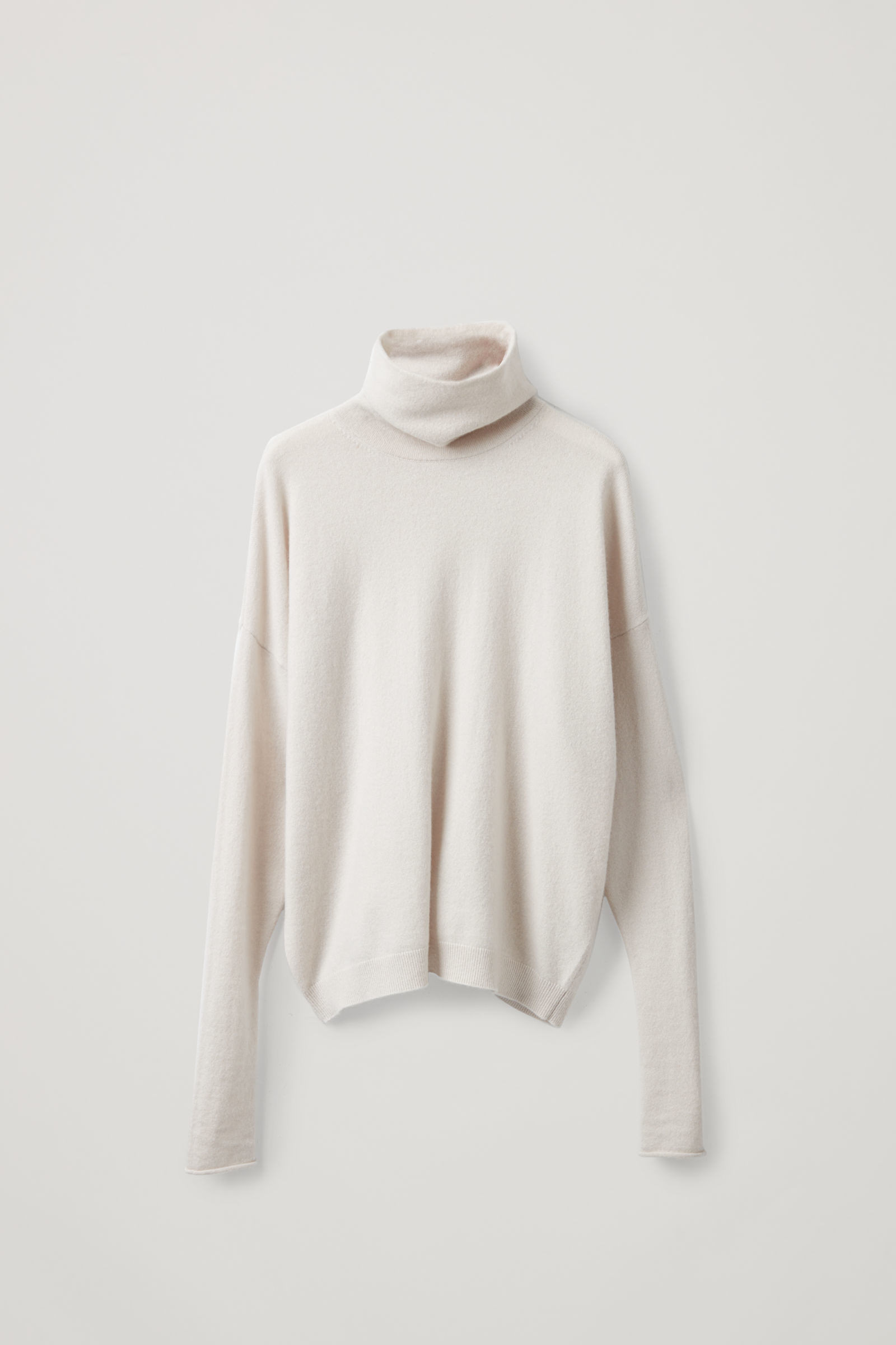 COS 롤넥 캐시미어 스웨터의 라이트 베이지컬러 Product입니다.