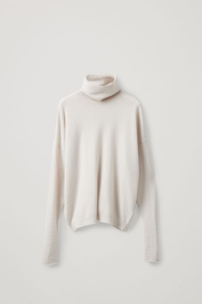 COS image 1 of 라이트 베이지 in 롤넥 캐시미어 스웨터