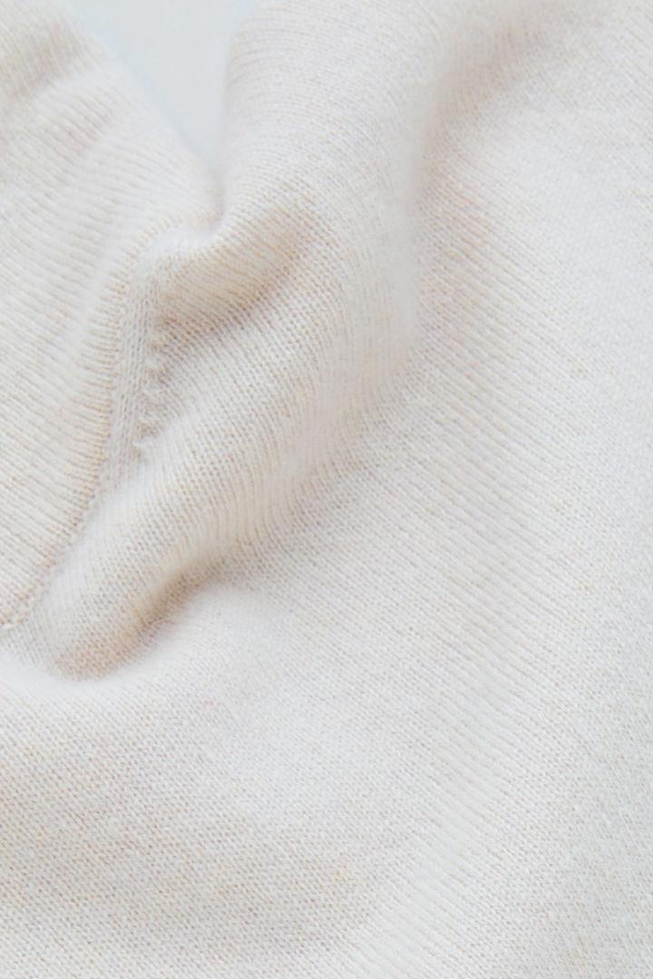 COS 롤넥 캐시미어 스웨터의 라이트 베이지컬러 Detail입니다.