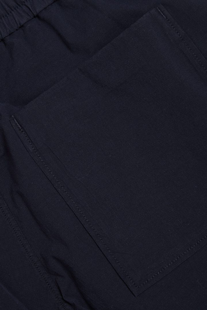 COS 슬림핏 코튼 트라우저의 네이비컬러 Detail입니다.