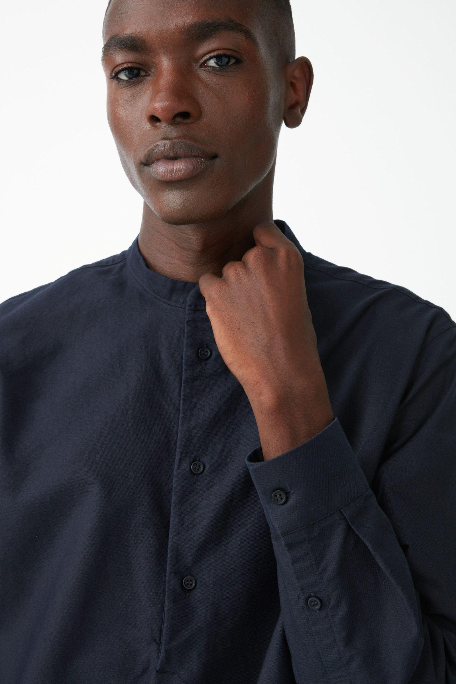 COS 그랜대드 칼라 튜닉 셔츠의 네이비컬러 ECOMLook입니다.