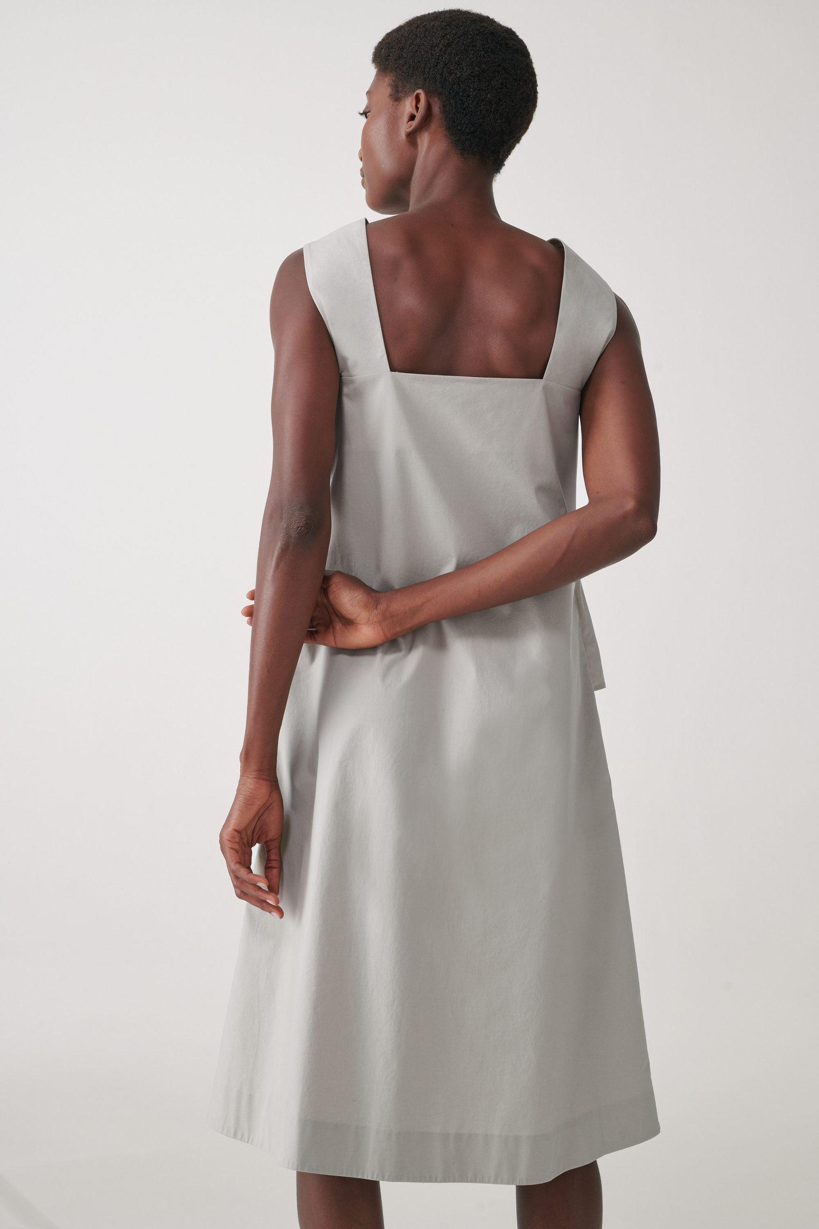 COS 오가닉 코튼 루쉬드 패널 드레스의 그레이컬러 ECOMLook입니다.