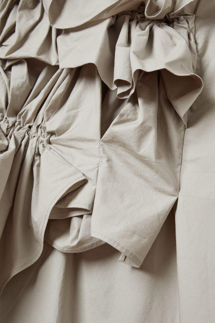 COS 오가닉 코튼 루쉬드 패널 드레스의 그레이컬러 Detail입니다.