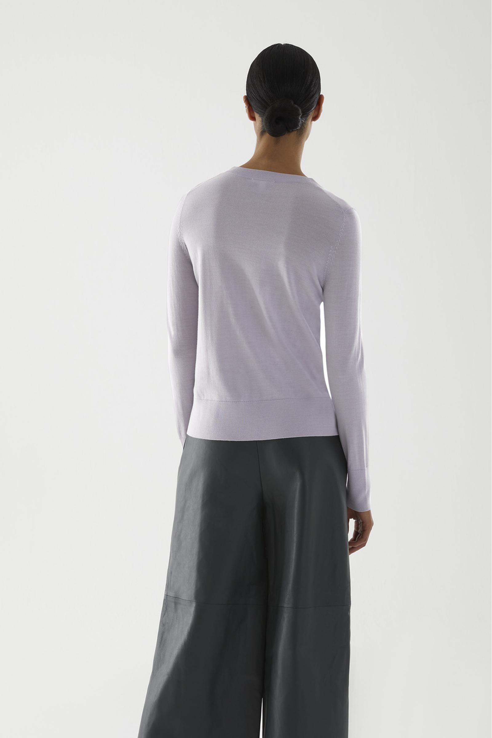 COS 메리노 울 크루넥 스웨터의 퍼플컬러 ECOMLook입니다.