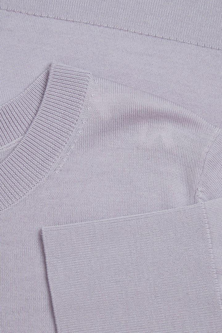 COS 메리노 울 크루넥 스웨터의 퍼플컬러 Detail입니다.