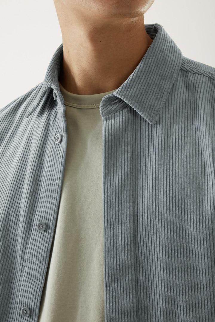 COS 코튼 코듀로이 셔츠의 그레이컬러 ECOMLook입니다.