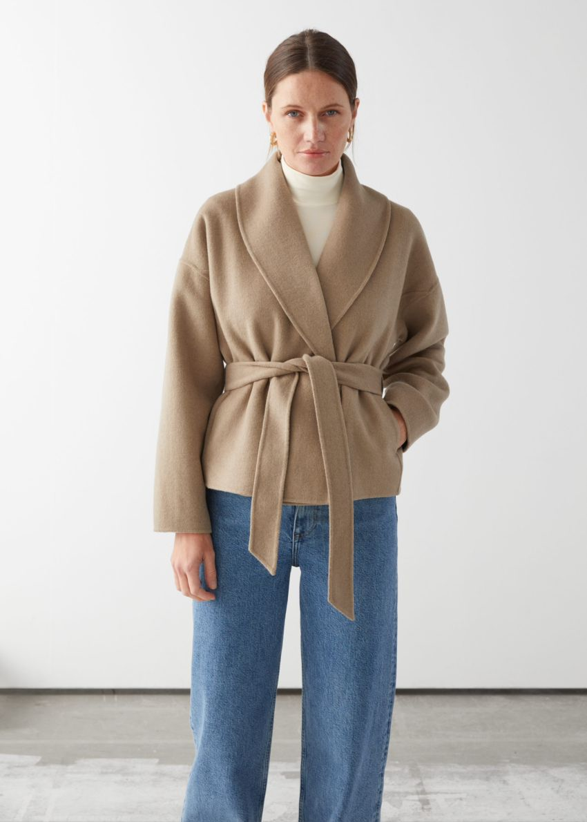 앤아더스토리즈 벨티드 울 블렌드 재킷의 카멜컬러 ECOMLook입니다.