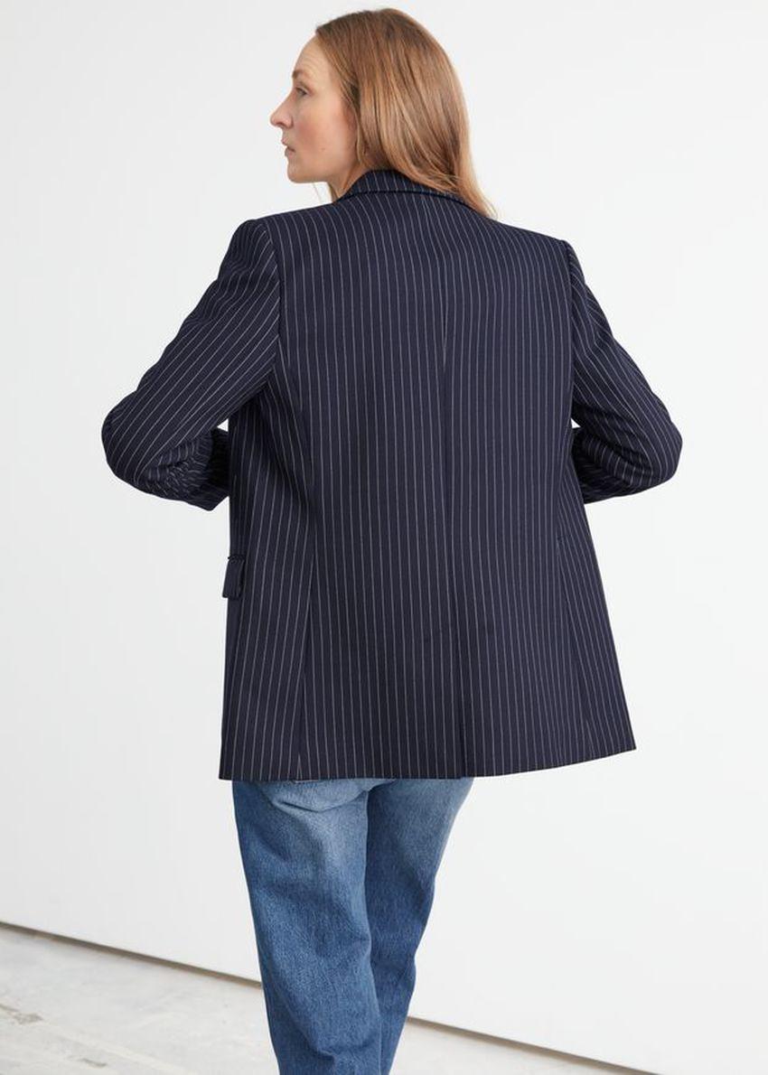 앤아더스토리즈 싱글 버튼 블레이저 재킷의 블루 핀스트라이프컬러 ECOMLook입니다.