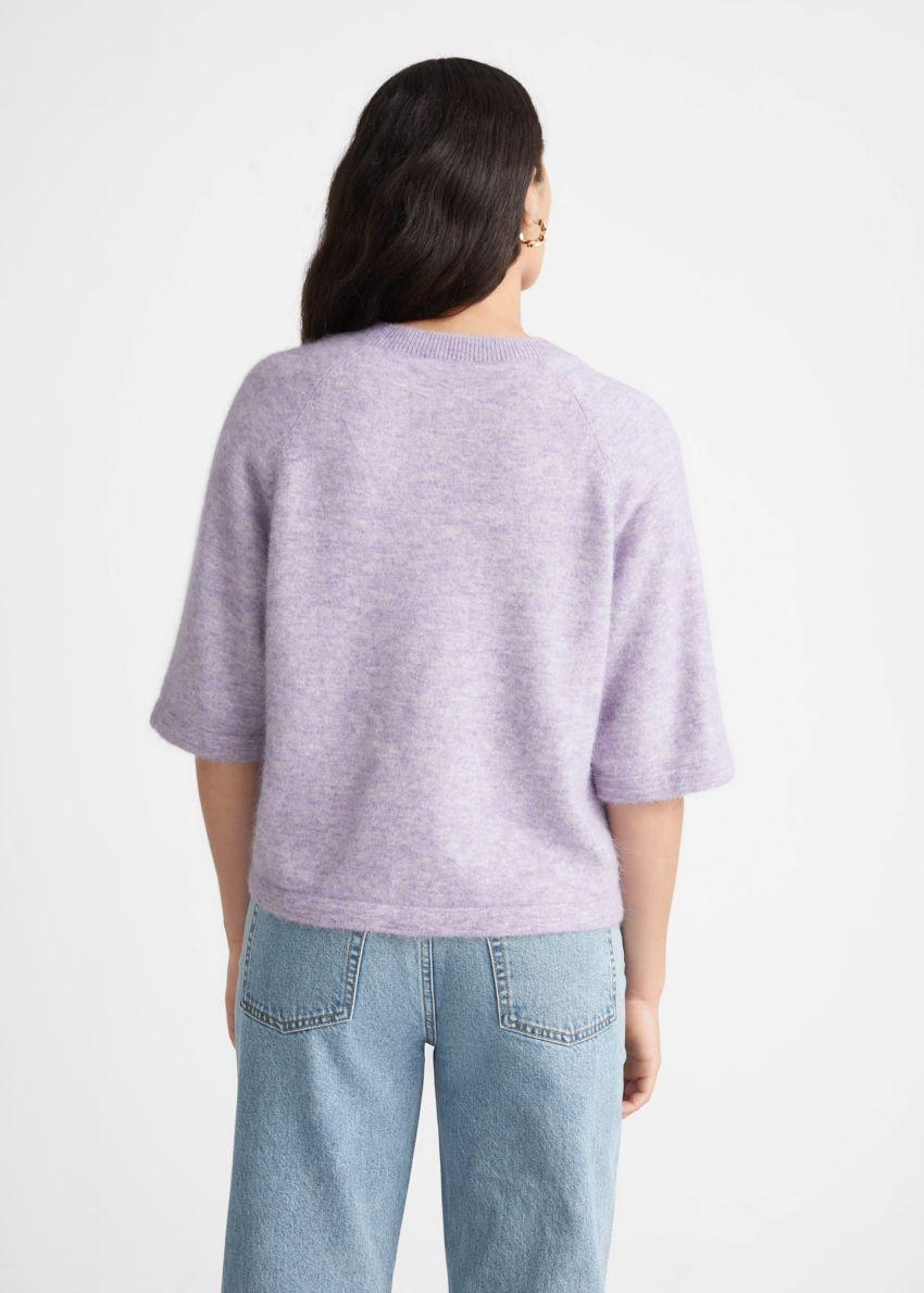 앤아더스토리즈 박시 알파카 티셔츠의 라일락컬러 ECOMLook입니다.