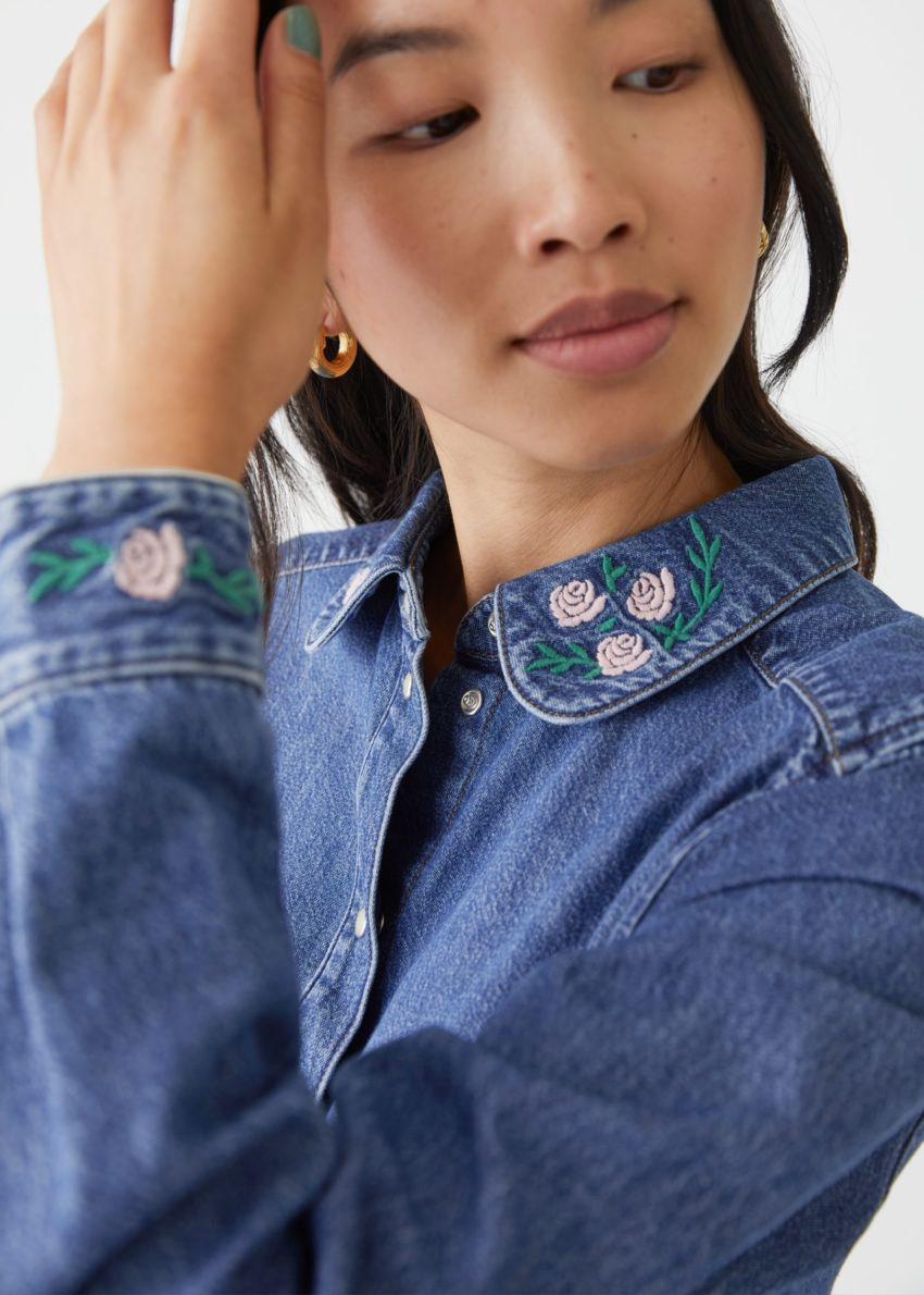 앤아더스토리즈 플로럴 엠브로이더리 데님 셔츠의 블루컬러 ECOMLook입니다.