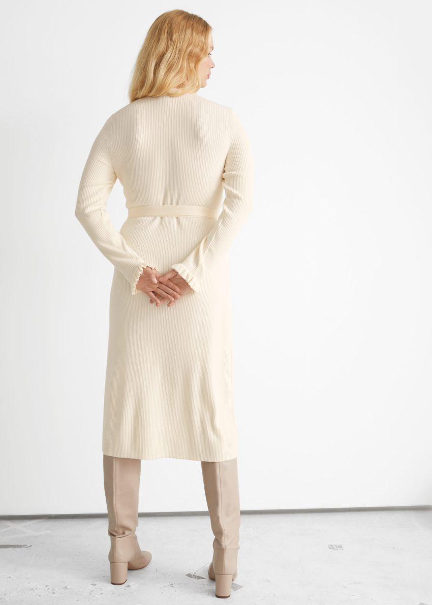 앤아더스토리즈 립 미디 랩 드레스의 크림컬러 ECOMLook입니다.