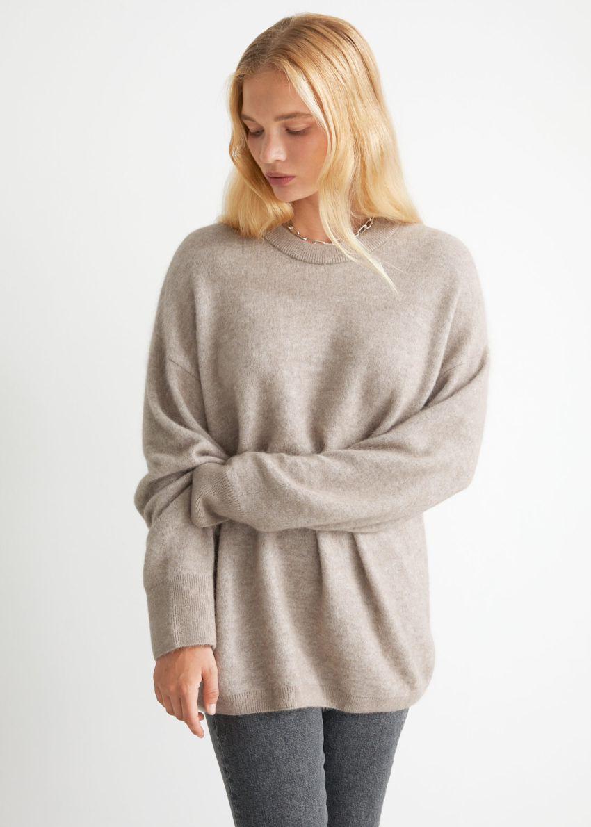 앤아더스토리즈 오버사이즈 니트 스웨터의 몰컬러 ECOMLook입니다.