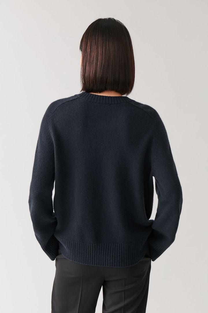 COS 리브 디테일 캐시미어 스웨터의 네이비컬러 ECOMLook입니다.