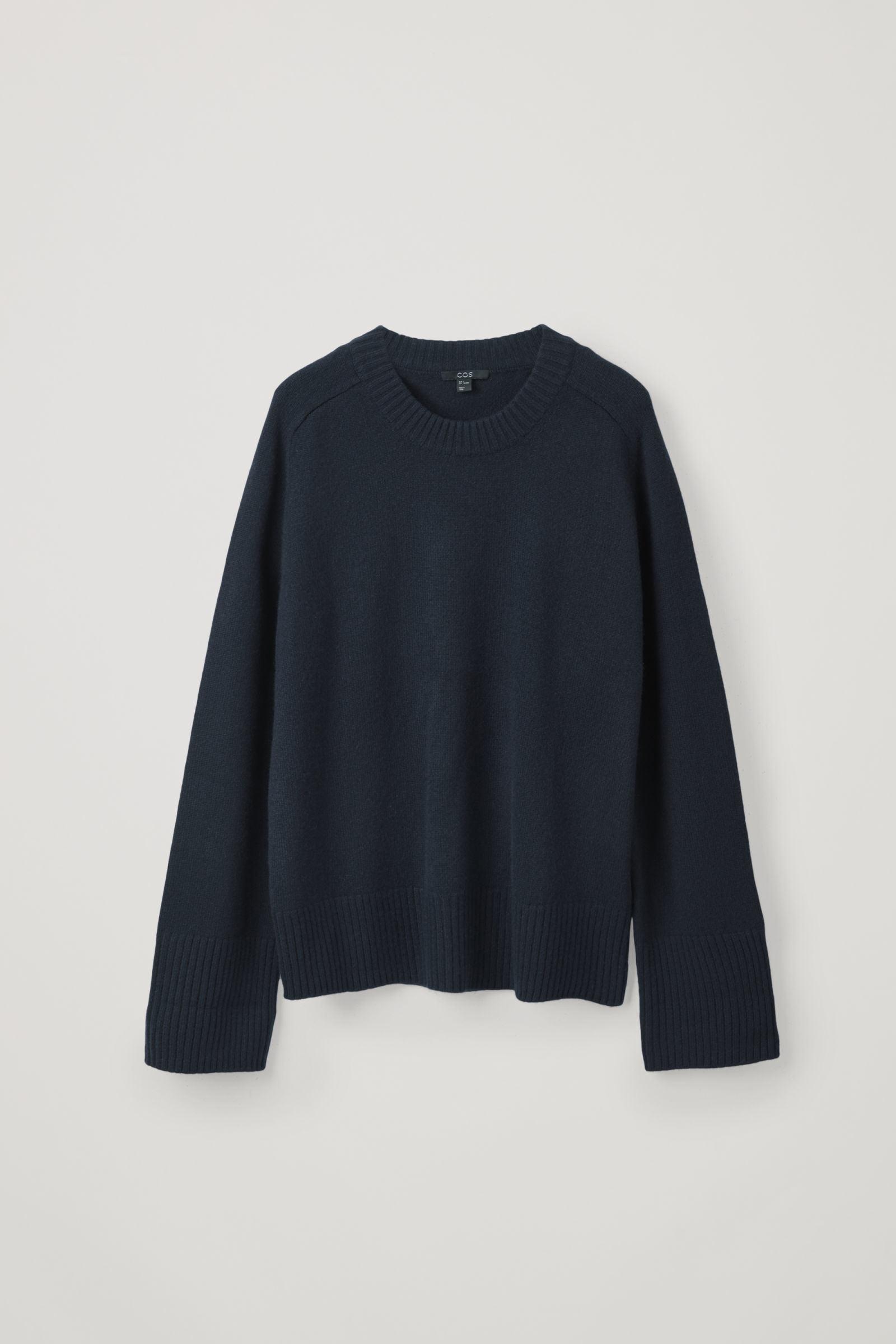 COS 리브 디테일 캐시미어 스웨터의 네이비컬러 Product입니다.