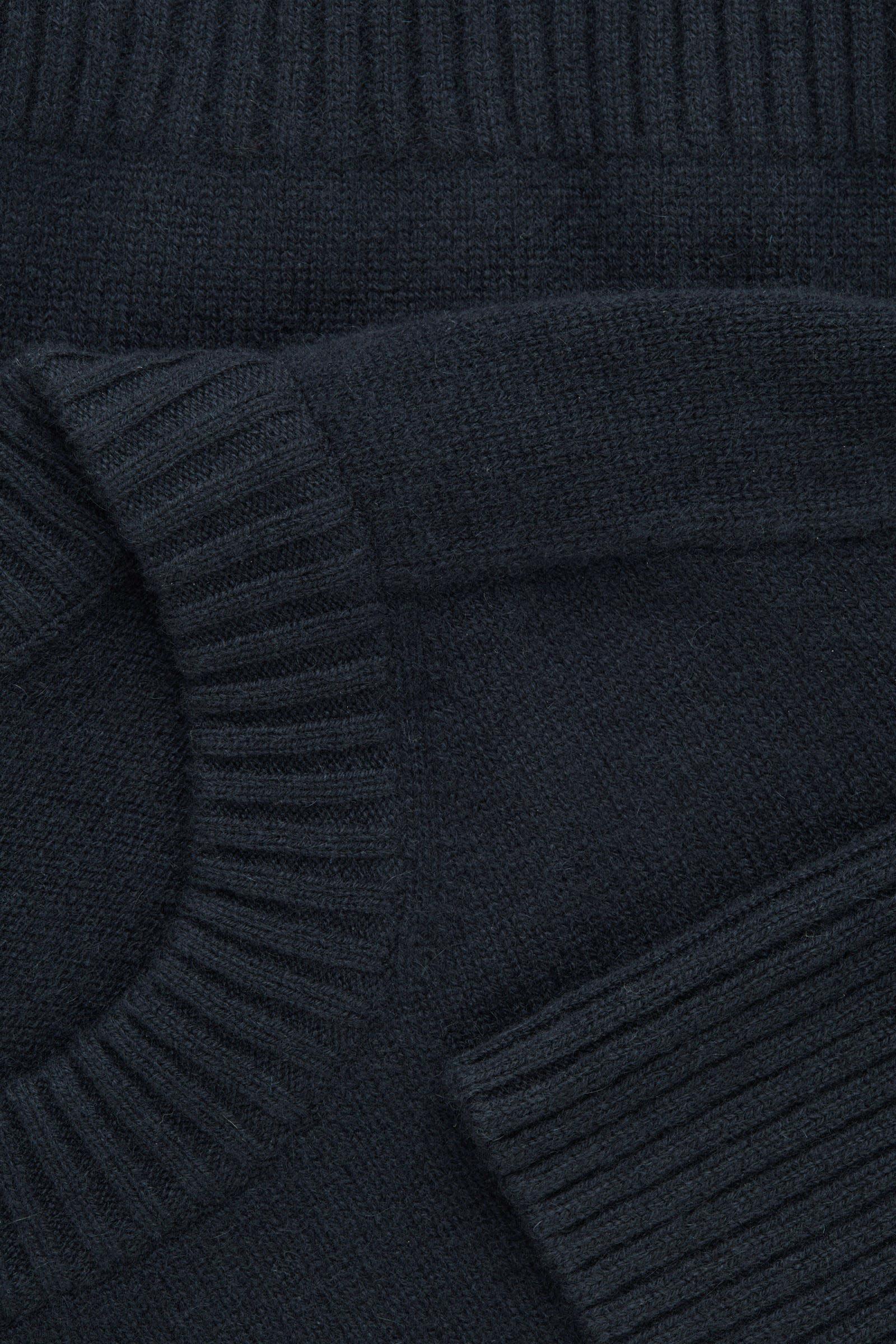 COS 리브 디테일 캐시미어 스웨터의 네이비컬러 Detail입니다.