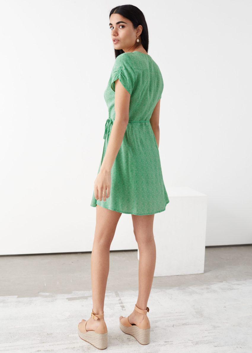앤아더스토리즈 마이크로 플로럴 랩 미니 드레스의 그린 프린트컬러 ECOMLook입니다.