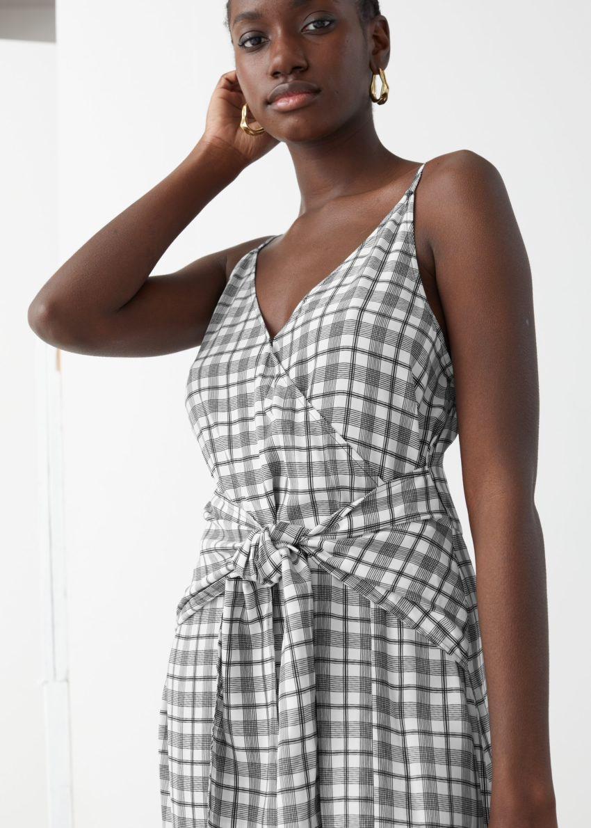 앤아더스토리즈 브이넥 웨이스트 타이 미디 드레스의 블랙 체크컬러 ECOMLook입니다.