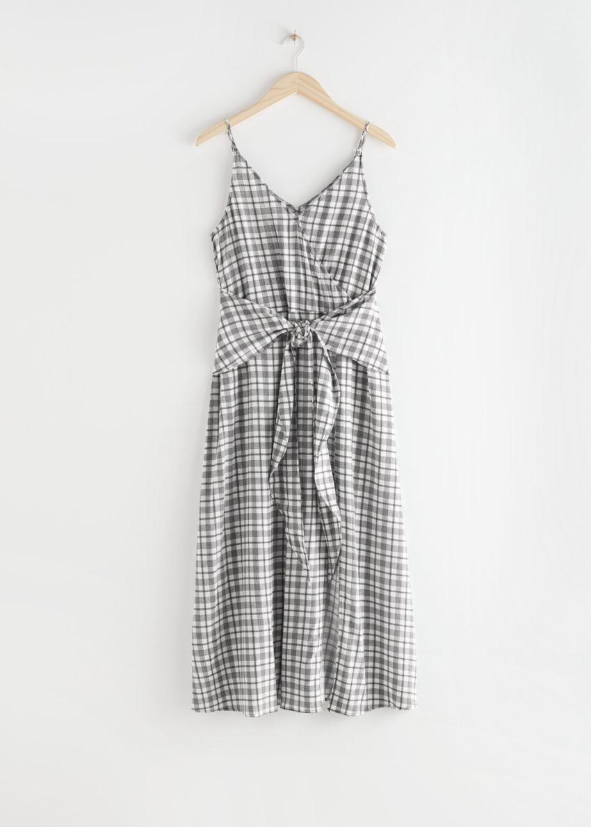 앤아더스토리즈 브이넥 웨이스트 타이 미디 드레스의 블랙 체크컬러 Product입니다.