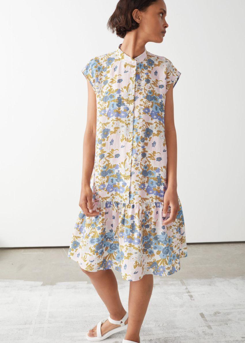 앤아더스토리즈 볼류미너스 버튼 미디 드레스의 블루 플로럴컬러 ECOMLook입니다.