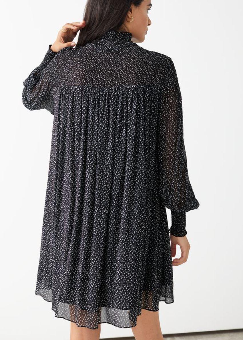 앤아더스토리즈 시어 스모크 미니 드레스의 블랙 플로럴컬러 ECOMLook입니다.