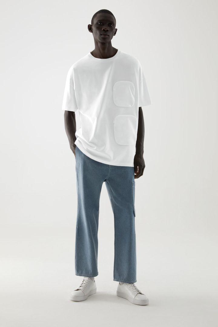 COS 오가닉 코튼 우븐 포켓 오버사이즈 티셔츠의 화이트컬러 ECOMLook입니다.