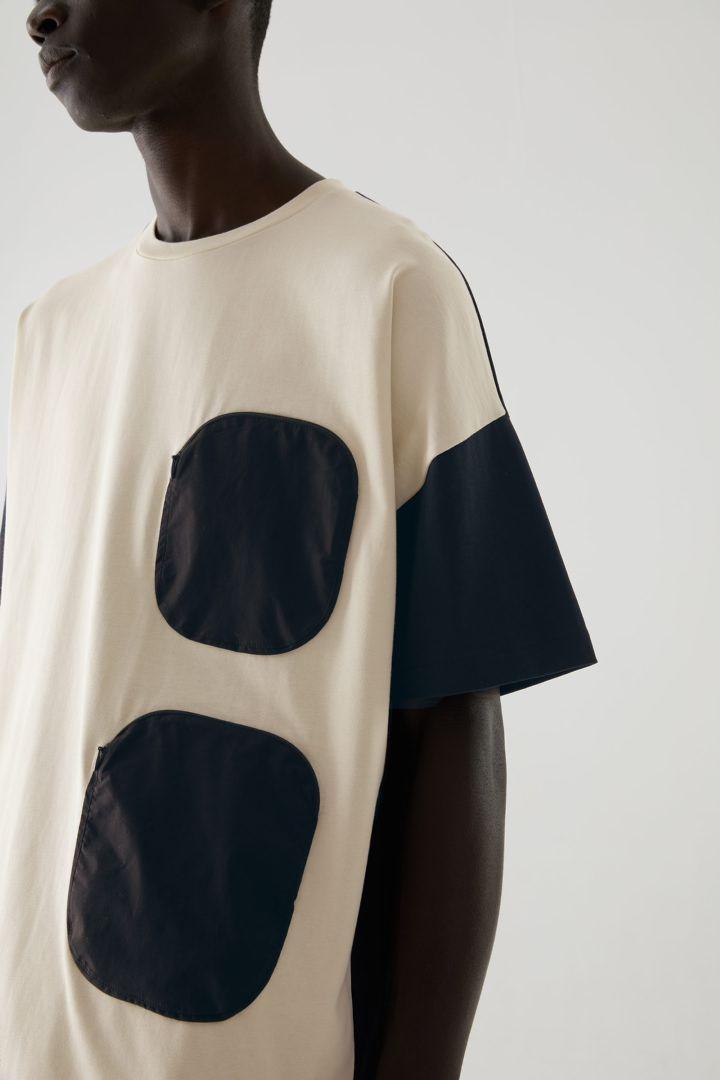 COS default image 2 of 블루 in 오가닉 코튼 우븐 포켓 오버사이즈 티셔츠