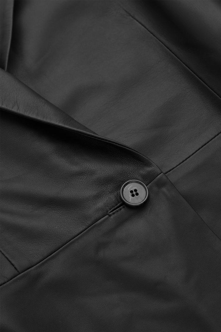 COS 오버사이즈 나파 레더 블레이저의 블랙컬러 Detail입니다.
