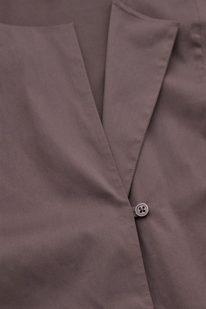 COS 오가닉 코튼 빕 디테일 셔츠의 플럼컬러 Detail입니다.