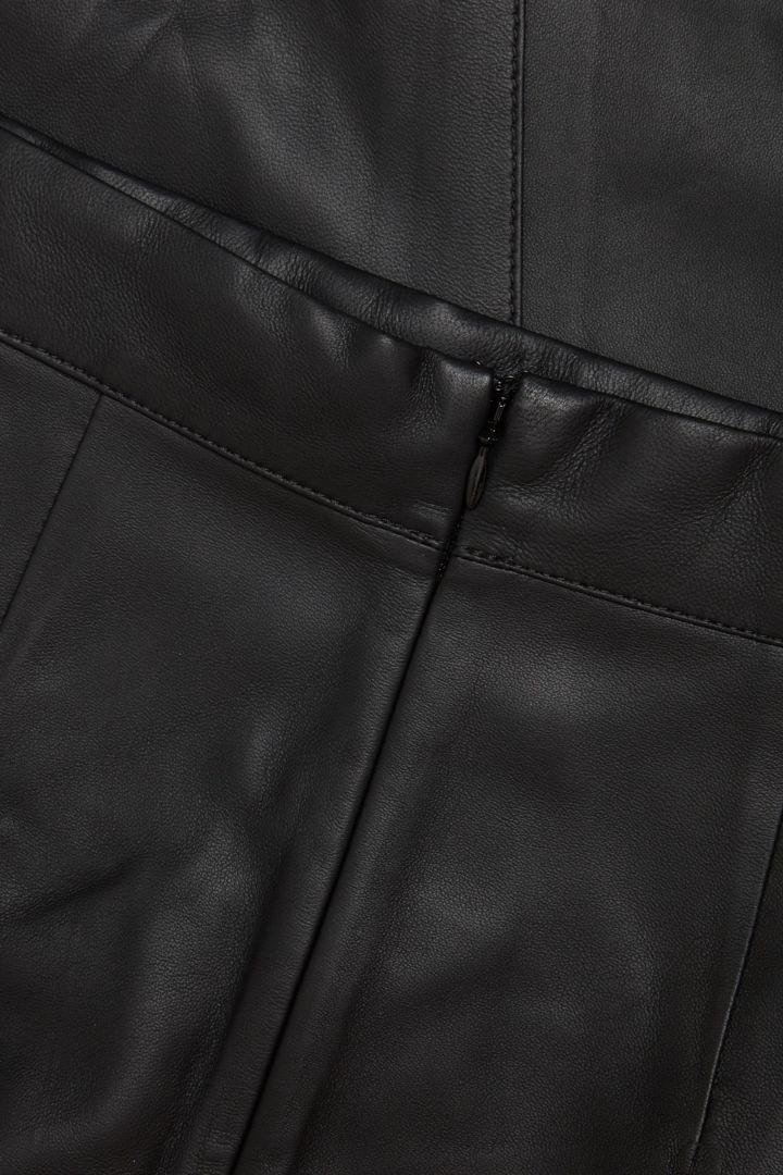 COS 나파 레더 에이라인 미디 스커트의 블랙컬러 Detail입니다.