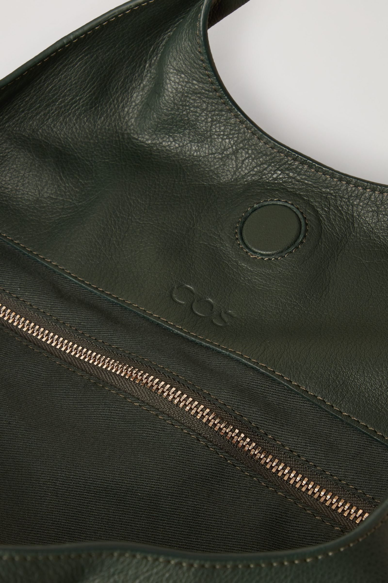 COS 레더 디컨스트럭티드 쇼퍼백의 다크 그린컬러 Detail입니다.