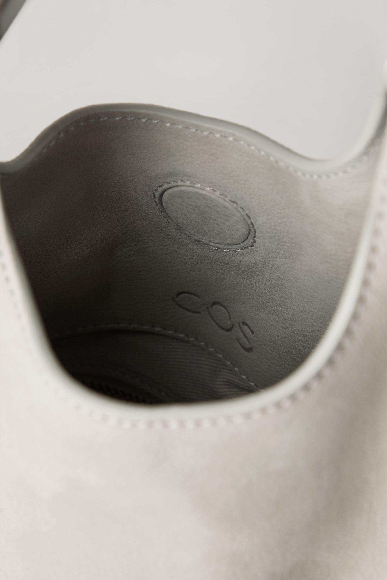 COS 레더 디컨스트럭티드 쇼퍼백의 라이트 그레이컬러 Detail입니다.